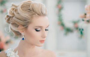 Stilnaya-svadebnaya-pricheska-na-srednie-volosyi