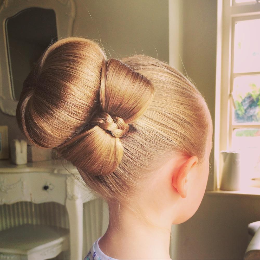 Бант из волос – прекрасное решение для праздничной вечеринки или выпускного