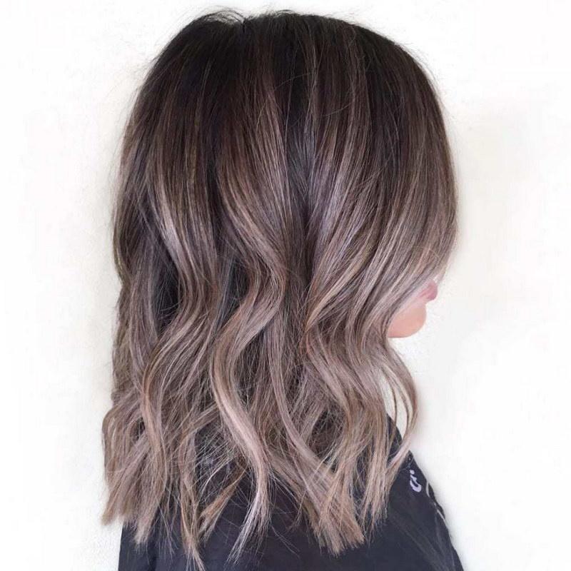 Разноцветные пряди на темных волосах каре