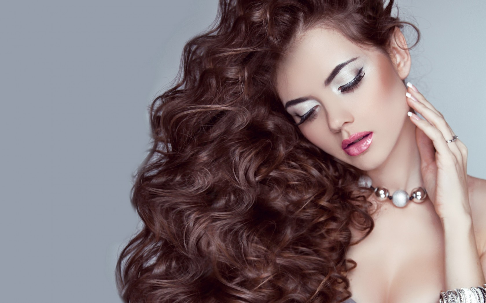 Как правильно делать массаж головы для роста волос и от выпадения