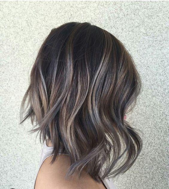 Белые пряди на темных волосах
