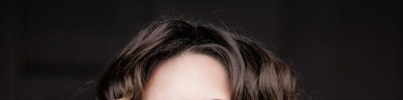 Как создаются локоны на коротких волосах?