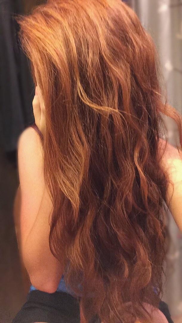 Девушка с рыжими длинными волосами вид сзади, пухлая влажная писечка крупным планом на фото