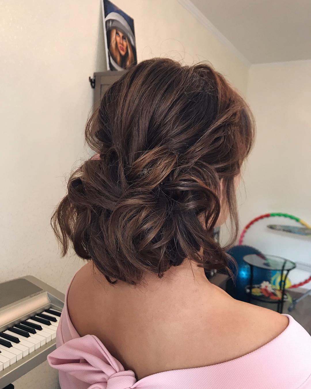 Варианты изящных причесок на волосы до плеч