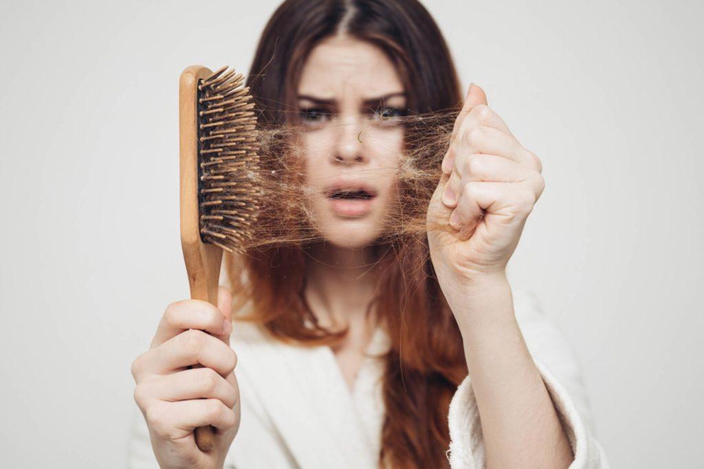 Узнаем, почему выпадают волосы у женщин на голове