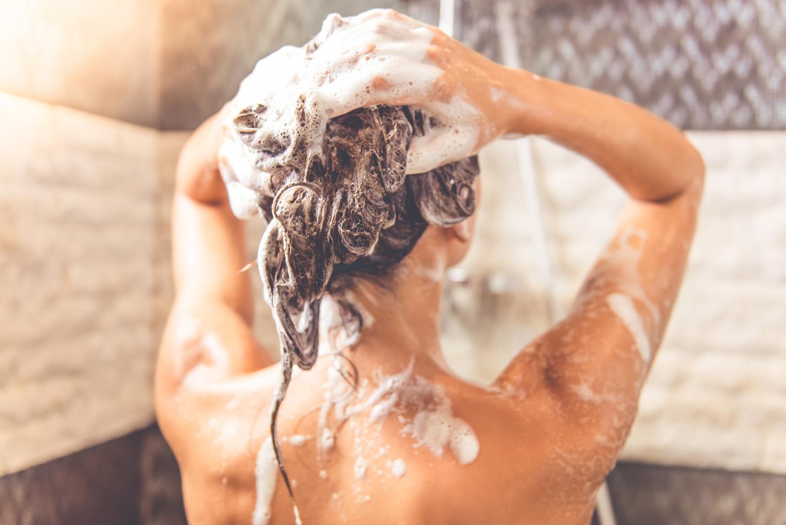 Фото моющаяся женщина