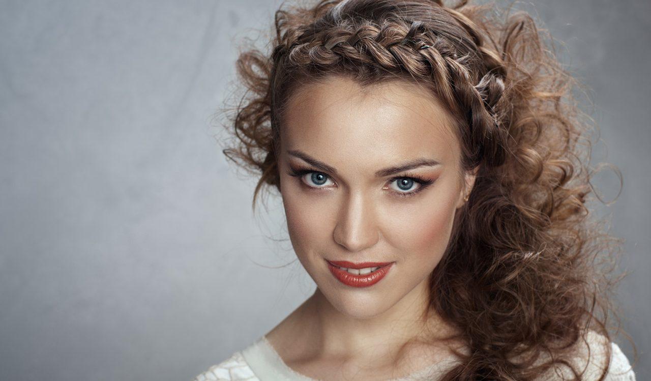 Какие прически на кудрявые волосы создать при наличии любой длины?