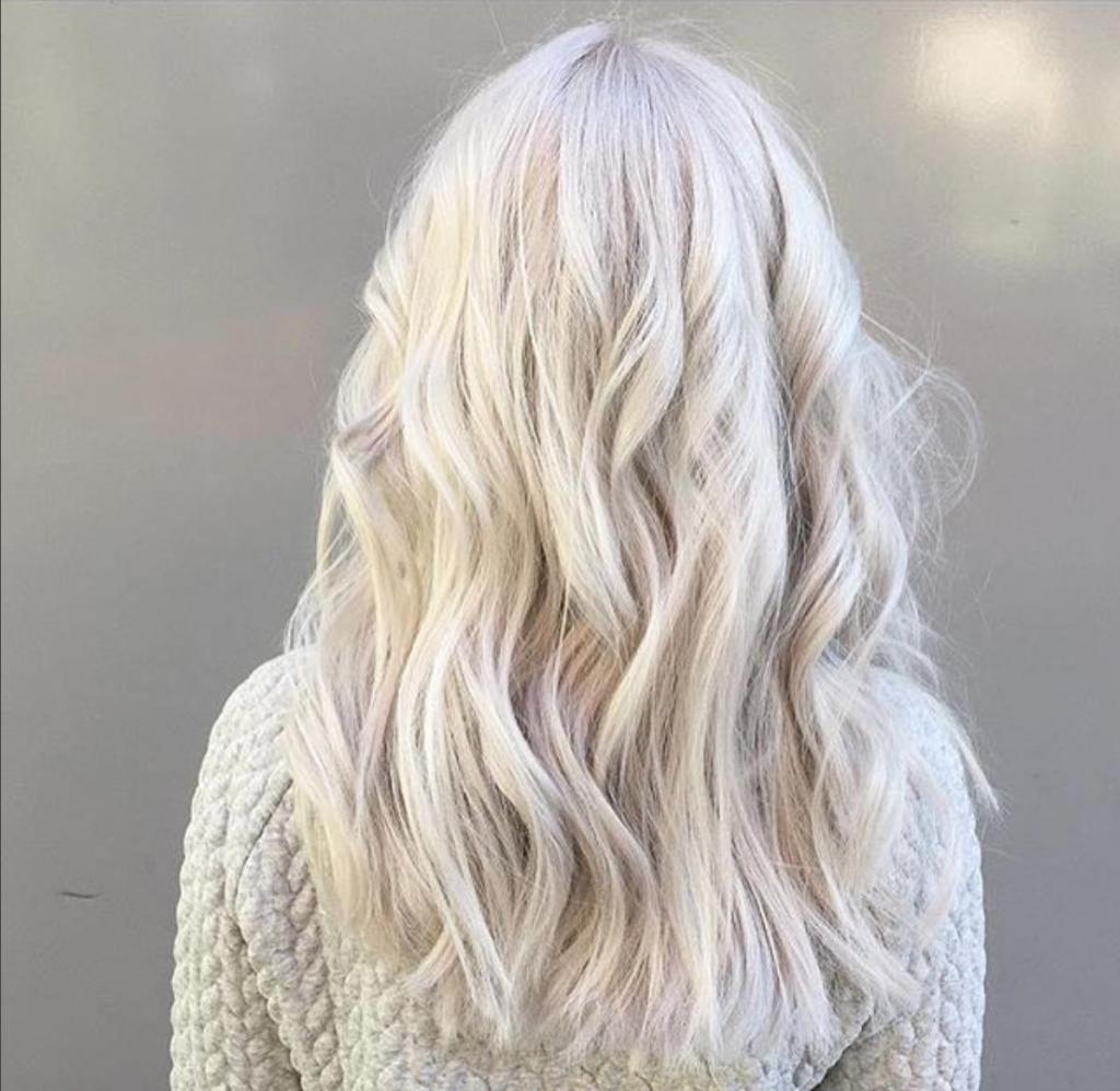 Сара девушки с белым цветом волос сзади