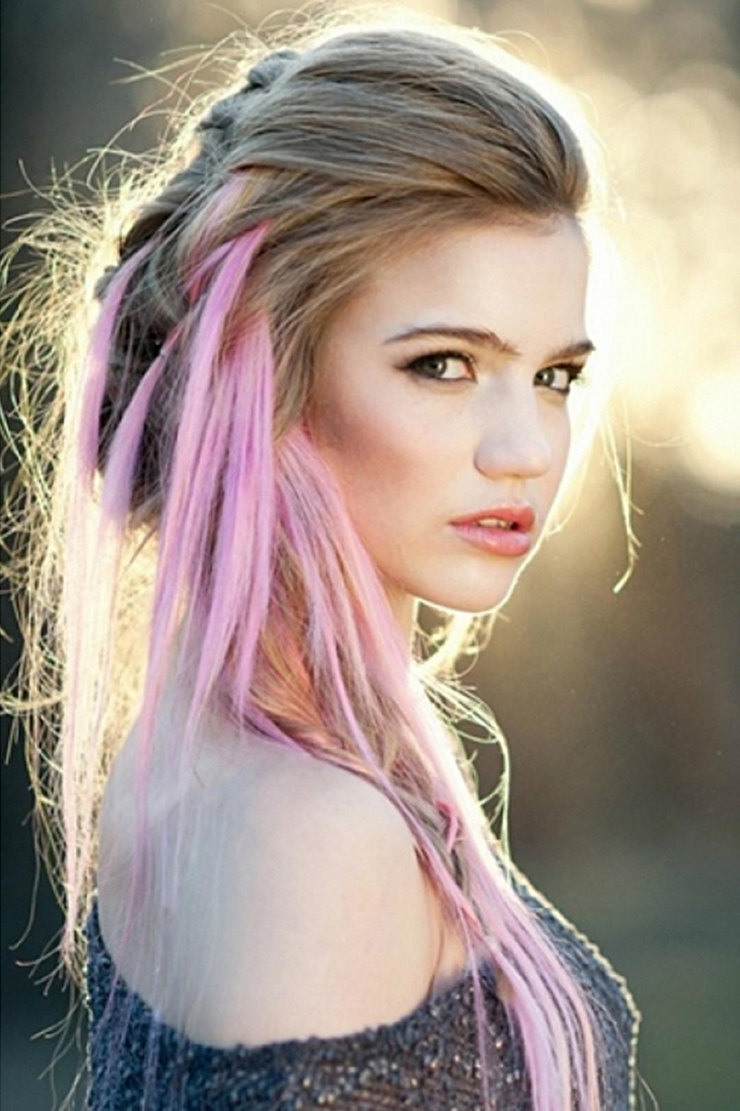 Розовые пряди на светлых волосах (30 фото)