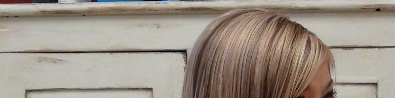 Оригинальные и женственные стрижки на средние волосы с косой челкой