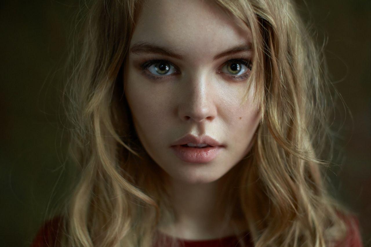 Серо-зеленые глаза: какой цвет волос подходит под них?